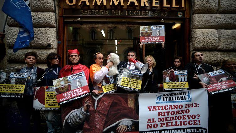 Des défenseurs italiens des droits des animaux protestent à Rome (Italie), le 8 mars 2013, contre l'utilisation de la fourrure d'hermine sur une petite cape endossée par les papes. (FILIPPO MONTEFORTE / AFP)