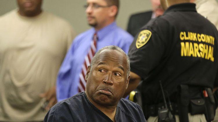 L'Américain O.J. Simpson lors de sa comparution au tribunal de Las Vegas (Nevada, Etats-Unis), le 13 mai 2013. L'ancien footballeur est accusé d'avoir participé au braquage d'un casino en 2008 et tente d'obtenir un nouveau procès. (REUTERS)
