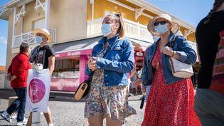 Des passants dans les rues de Biscarrosse (Landes), le 30 août 2020. (ADRIEN NOWAK / HANS LUCAS / AFP)