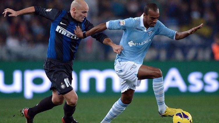 Abdoulaye Konko (Lazio) à la lutte avec Cambiasso (Inter) (FILIPPO MONTEFORTE / AFP)