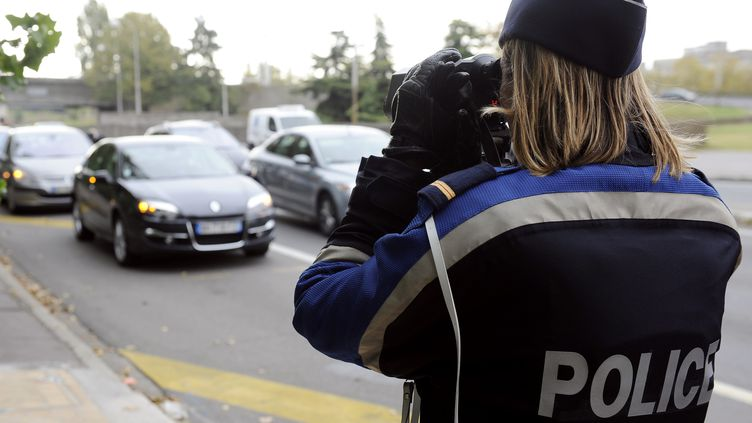 Une policière effectue un contrôle à l'aide d'un radar, sur les quais de Bordeaux (Gironde), le 29 octobre 2011. (JEAN-PIERRE MULLER / AFP)