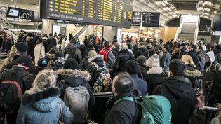 Des personnes attendent dans la gare Lyon-Part-Dieu le 8 février 2015 lors d'une grève de contrôleurs. (JEAN-PHILIPPE KSIAZEK / AFP)