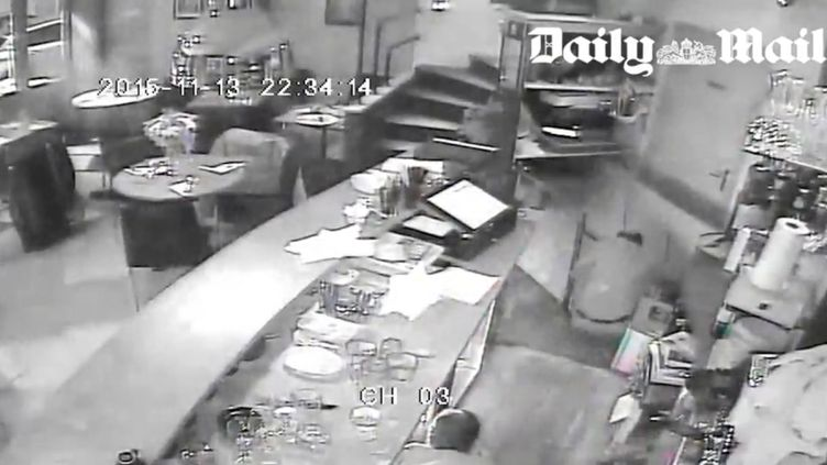 Capture d'écran de la vidéo, diffusée par le Daily Mail, de l'attaque de la pizzéria Caza Nostra, à Paris, par des terroristes, le 13 novembre 2015. (DAILY MAIL)