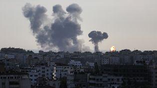 Des nuages de fumée après un raid aérien israélien sur la ville de Gaza, le 4 mai 2019. (SAMEH RAHMI / NURPHOTO / AFP)