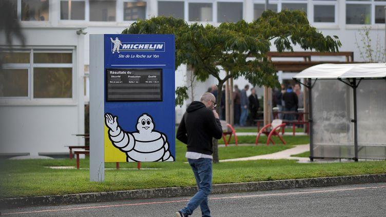 Un employé arrive sur le site Michelin de La Roche-sur-Yon (Vendée), le 10 octobre 2019. (LOIC VENANCE / AFP)