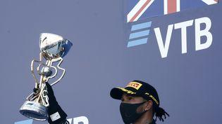 Le pilote britannique de Mercedes, Lewis Hamilton, troisième sur le podium après le Grand Prix de Russie de Formule 1, au circuit Autodrom de Sotchi, le 27 septembre 2020. (MAXIM SHEMETOV / AFP)