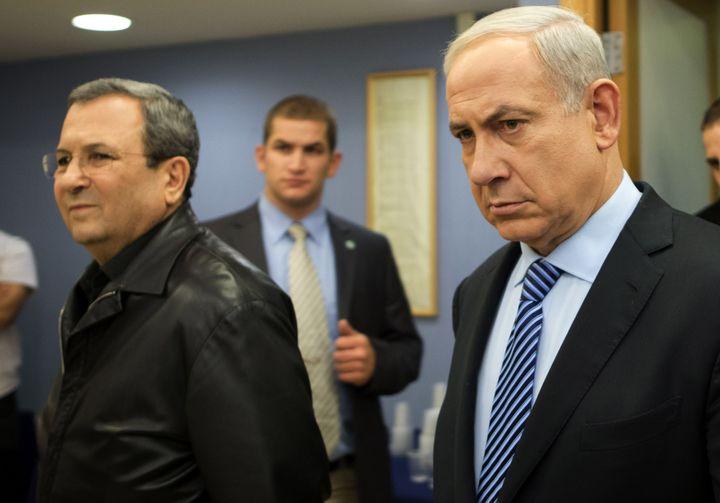 Le Premier ministre israélien, Benyamin Netanyahu (D)et le ministre de la Défense, Ehud Barak, arrivent à une conférence de presse à Tel-Aviv (Israël), le 14 novembre 2012. (JACK GUEZ / AFP)
