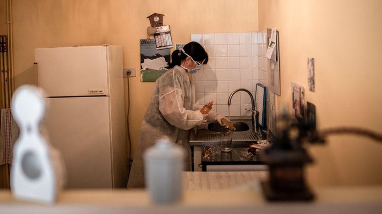 Marielle, aide à domicile, s'occupe des tâches ménagères d'une personne âgée, àAmélie-les-Bains (Pyrénées-Orientales), le 28 avril 2020. (LIONEL PEDRAZA / HANS LUCAS / AFP)