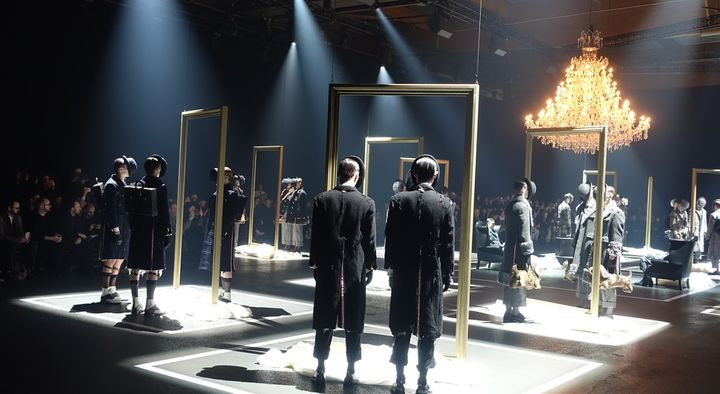 Après leur passage devant les photographes, les mannequins vont se placer en groupe de trois : le modèle neuf fait face aux deux autres usagés dans un miroir virtuel  (Corinne Jeammet)