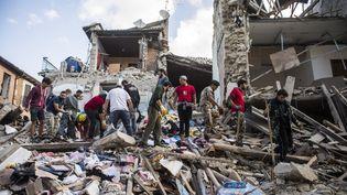 Des secouristes recherchent des survivants dans les décombres d'Amatrice, dans le centre de l'Italie frappé par un puissant séisme, le 24 août 2016. De magnitude 6, le tremblement de terre a provoqué la mort de 296 personnes. (AGF EDITORIAL / SIPA)