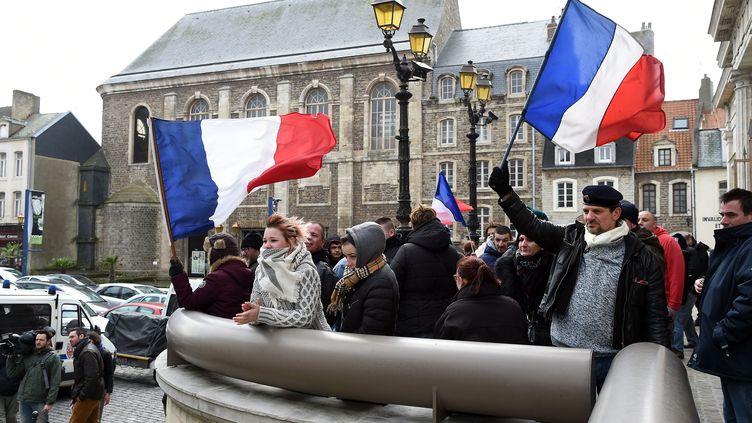 Un rassemblement est organisé devant le palais de justice de Boulogne-sur-Mer (Pas-de-Calais), le 8 février 2016, avant le procès de personnes interpellées lors d'une manifestation anti-migrants interdite à Calais. (MAXPPP)