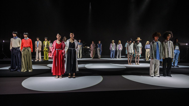 Fashion weeks virtuelles, baisse de revenus : le travail des mannequins bouleversé depuis un an par la pandémi - Franceinfo