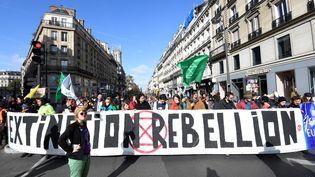 Des militants d'Extinction Rebellion rue de Rivoli à Paris, le 10 octobre 2019. (BERTRAND GUAY / AFP)