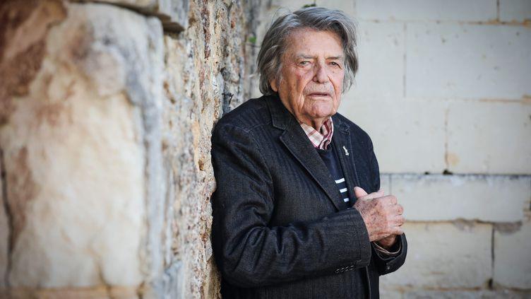 """Jean-Pierre Mocky, au manoir Jallet à Neuil-sous-Faye (Vienne), pour le tournage d'un épisode """"le pique-assiette"""", en juin 2018. (THOMAS PADILLA / MAXPPP)"""