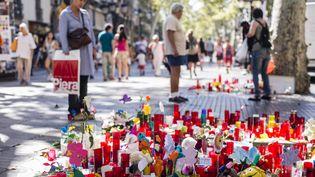 Des bougies, des messages, des peluches déposés sur les Ramblas à Barcelone, après l'attaque revendiquée par le groupeÉtat Islamique (XAVIER BONILLA / NURPHOTO)
