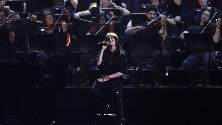 La chanteuse américaine Billie Eilish, 18 ans, interprète la chanson thème du 25e James Bond, No Time To Die, le mardi 18 février 2020 aux Brit Awards. (JOEL C RYAN/AP/SIPA / SIPA)