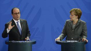 François Hollande et Angela Merkel face à la presse, à Berlin (Allemagne), le 31 mars 2015. (JOHN MACDOUGALL / AFP)