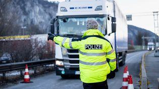 Lors d'un contrôle à la frontière entre l'Allemagne et l'Autriche,près de Kiefersfelden. Photo d'illustration. (MATTHIAS BALK / DPA / AFP)