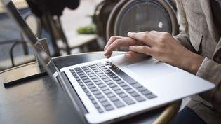 Un homme utilise un ordinateur portable, le 13 mai 2018. (MACIEJ LUCZNIEWSKI / NURPHOTO / AFP)