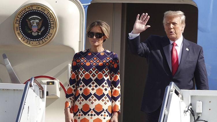 Le président sortant, Donald Trump, et son épouse, Mélania, à leur arrivée à l'aéroport de Palm Beach, en Floride (Etats-Unis), le 20 janvier 2021. (JOE CAVARETTA / AP / SIPA)