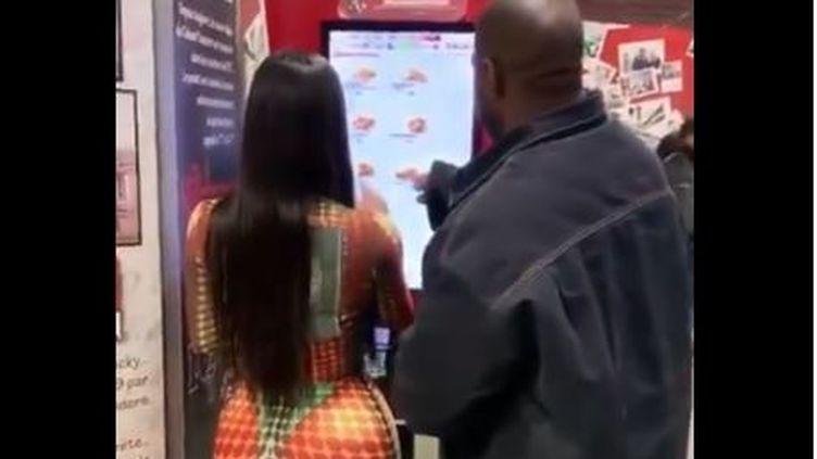 Capture d'écran d'une vidéo postée par Kim Kardashian dans laquelle on la voit, avec son mari, le rappeur Kanye West, dans un restaurant parisien, lundi 17 février 2020, à Paris. (KIM KARDASHIAN / INSTAGRAM)