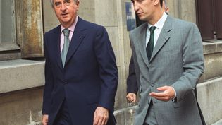 Edouard Balladur (à gauche), alors Premier ministre, se promène dans les rues de Paris, accompagné de son directeur de cabinet Nicolas Bazire, le 20 juillet 1994. (GERARD FOUET / AFP)