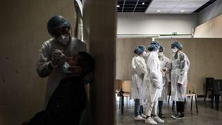 Des soignants dans un centre de dépistage dans le quartier Bacalan à Bordeaux, le 23 mai 2021. (PHILIPPE LOPEZ / AFP)