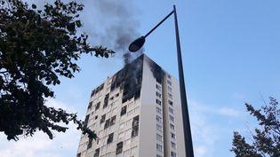 Une mère de famille et trois de ses enfants ont été retrouvés morts au 17e étage d'un immeuble touché par un incendie, le 26 juillet 2018 à Aubervilliers (Seine-Saint-Denis). (RÉMI BRANCATO / FRANCE-BLEU 107.1)