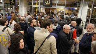 Des passagers bloqués dans le hall de la gare Montparnasse à Paris, le 27 mai 2016. (MATTHIEU ALEXANDRE / AFP)