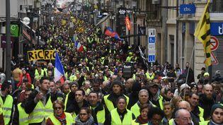 """Des """"gilets jaunes"""" manifestent rue Sainte-Catherine à Bordeaux (Gironde), le 26 janvier 2019. (MEHDI FEDOUACH / AFP)"""