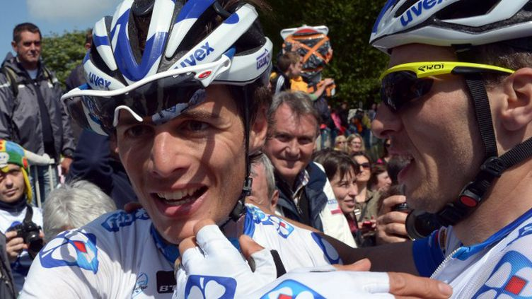 Artur Vichot fête sa victoire avec ses coéquipiers (DAMIEN MEYER / AFP)