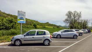 Une aire de covoiturage près de Clermont-Ferrand (Puy-de-Dôme), le 31 janvier 2018. (BERNARD JAUBERT / ONLY FRANCE / AFP)