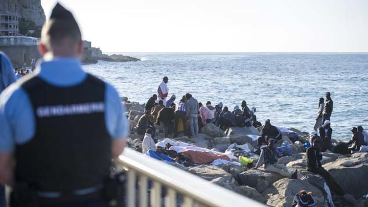 (Les gendarmes français ont repoussé des centaines de migrants à la frontière italienne le week-end dernier © MaxPPP)