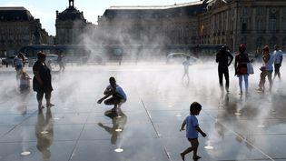 Des habitants de Bordeaux, le 20 juin 2017. (NICOLAS TUCAT / AFP)