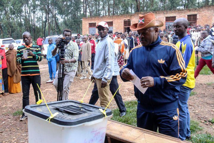 Le président du Burundi,Pierre Nkurunziza, s'apprêtant à voter pour le référendum constitutionnel le 17 mai 2018 à Mwumba (nord du Burundi). (REUTERS/Evrard Ngendakumana)