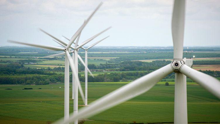 Des éoliennes dans des champs à Sainte-Lizaigne (Indre). Photo d'illustration. (GUILLAUME SOUVANT / AFP)