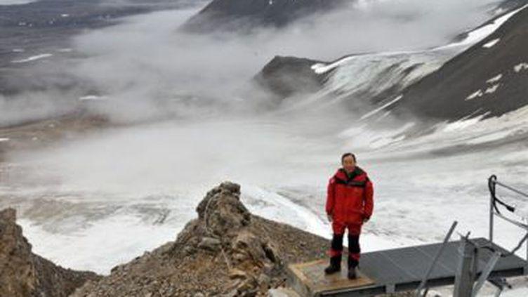 Le secrétaire général de l'ONU, Ban Ki-moon, devant un glacier à la station scientifique de Ny-Aalesund (Norvège) (© AFP PHOTOS)