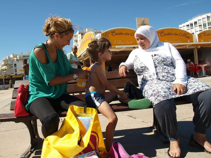 Myriam, son petit frère Djibril et leur mère Hassiba, venus de Nîmes (Gard). (ARIANE NICOLAS / FTVI)