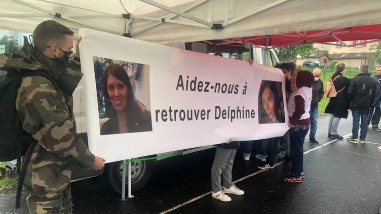 Une centaine de personnes rassemblées ce dimanche à Cagnac-les-Mines. (BASTIEN MUNCH / RADIO FRANCE)