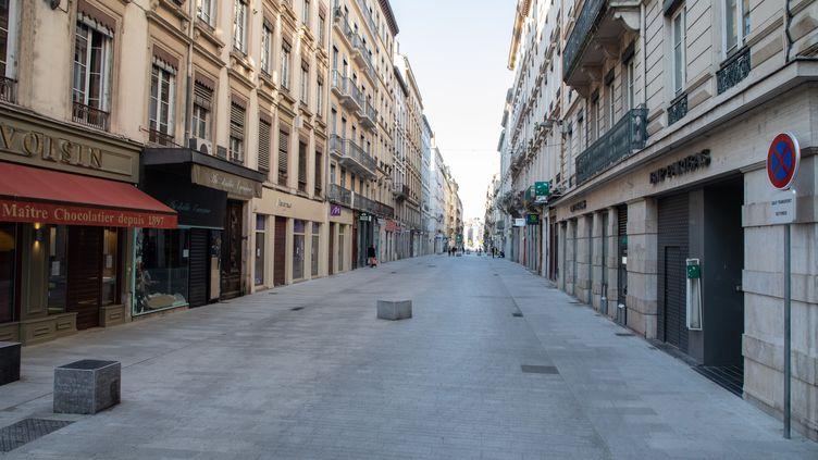 Un rue piétonne déserte en raison du confinement pour lutter contre le coronavirus, le 6 avril 2020 à Lyon. (SEBASTIEN RIEUSSEC / HANS LUCAS / AFP)