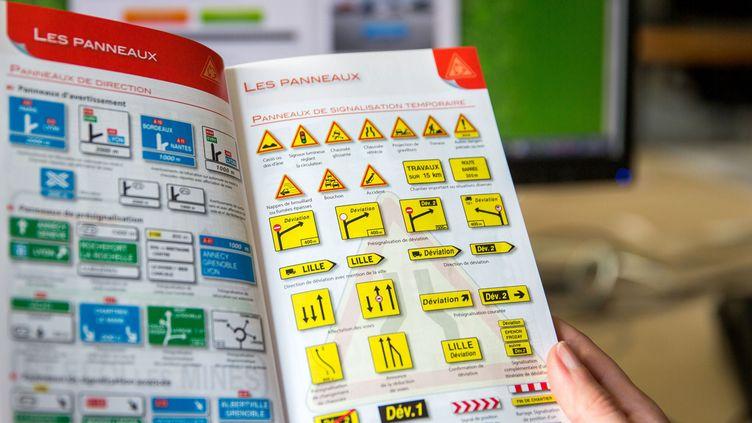 (A partir de ce lundi, avec la réforme du permis de conduire, il est possible de passer l'examen du code à la Poste © SIPA)