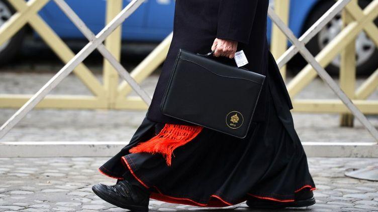 Un cardinal arrive au Vatican, le 7 mars 2013. (VINCENZO PINTO / AFP)