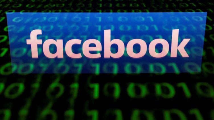 Le logo Facebook, en avril 2018. (LIONEL BONAVENTURE / AFP)