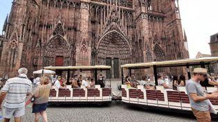 Les touristes sont revenus sur la place de la cathédrale de Strasbourg, mais moins nombreux qu'en 2019. (CORINNE FUGLER / RADIO FRANCE)