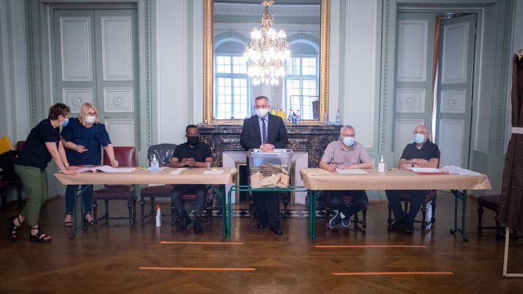 Dans une bureau de vote, pour le secondtour des élections municipales, à la mairie de Metz, le 28 juin 2020. (NICOLAS BILLIAUX / HANS LUCAS / AFP)