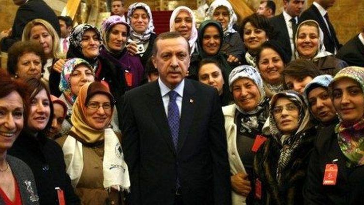 Le Président Recep Erdogan en compagnie d'une délégation de députées, à Ankara, le 6 mars 2012. (AFP/Adem Altan)