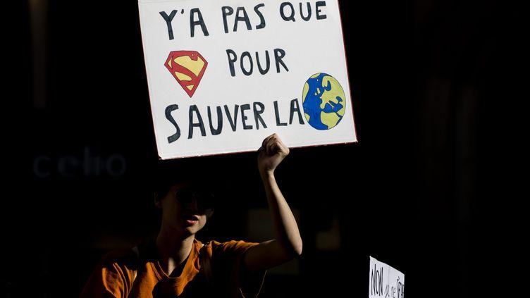 """Une pancarte lors de la manifestationde """"Jeunesse pour le climat"""" réclamant des mesures urgentes pour lutter contre le changement climatique, le 22 février 2019, à Paris. (VINCENT ISORE / MAXPPP)"""
