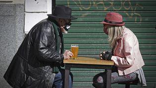 Un couple masqué sur la terrasse de Buenos Aires, en Argentine, le 5 septembre 2020. (ALEJANDRO PAGNI / AFP)
