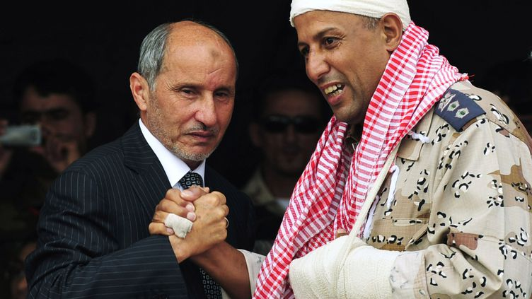 Le président du Conseil national de transition Moustapha Andeljalil salue un officier blessé lors de la cérémonie proclamant la libération de la Libye, le 23 octobre 2011 à Benghazi. (ESSAM AL-FETORI/REUTERS)