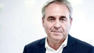 Xavier Bertrand, lors d'une visite sur le site de l'entreprise Esatco de Thouare-sur-Loire, le 27 juillet 2021. (SEBASTIEN SALOM-GOMIS / AFP)